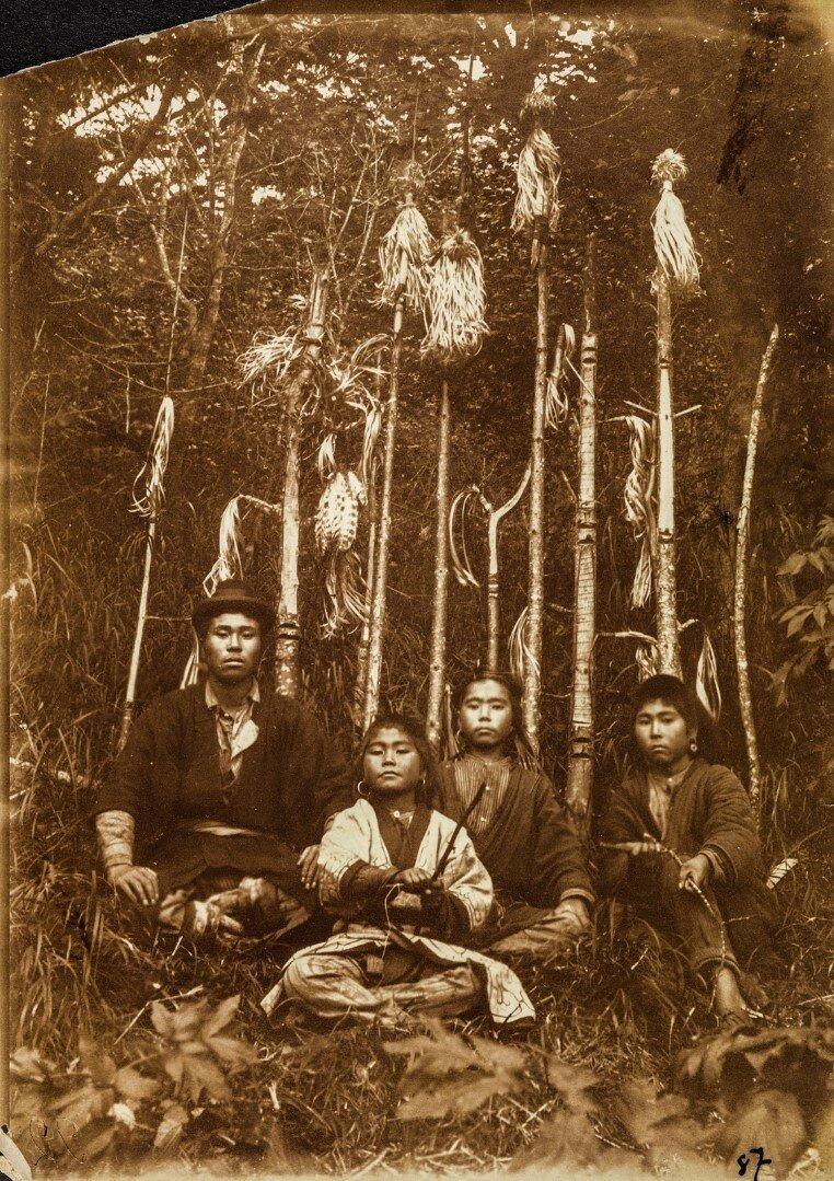 Группа айнов возле ритуальных палок