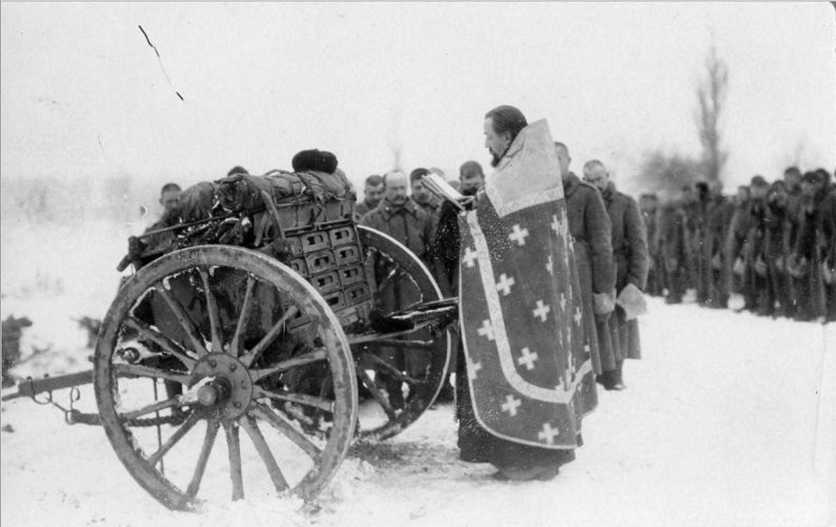 1915. Рождество на позиции. Молебен.jpg