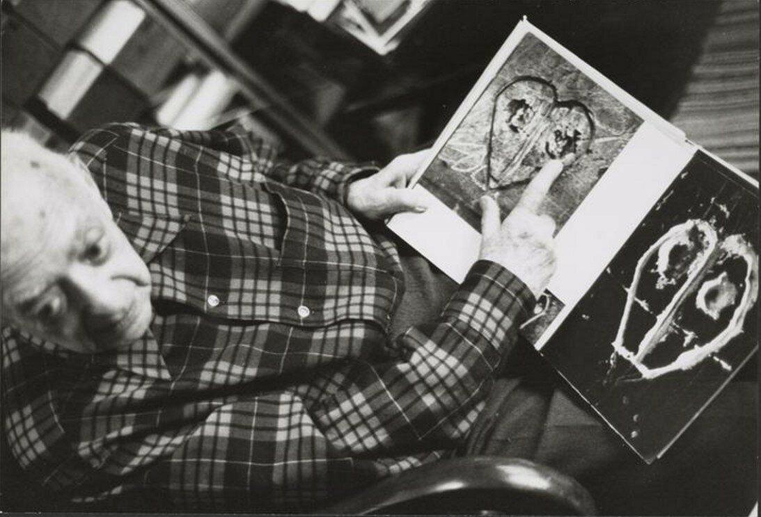 1980. Брассай смотрит только что вышедший альбом «Граффити»