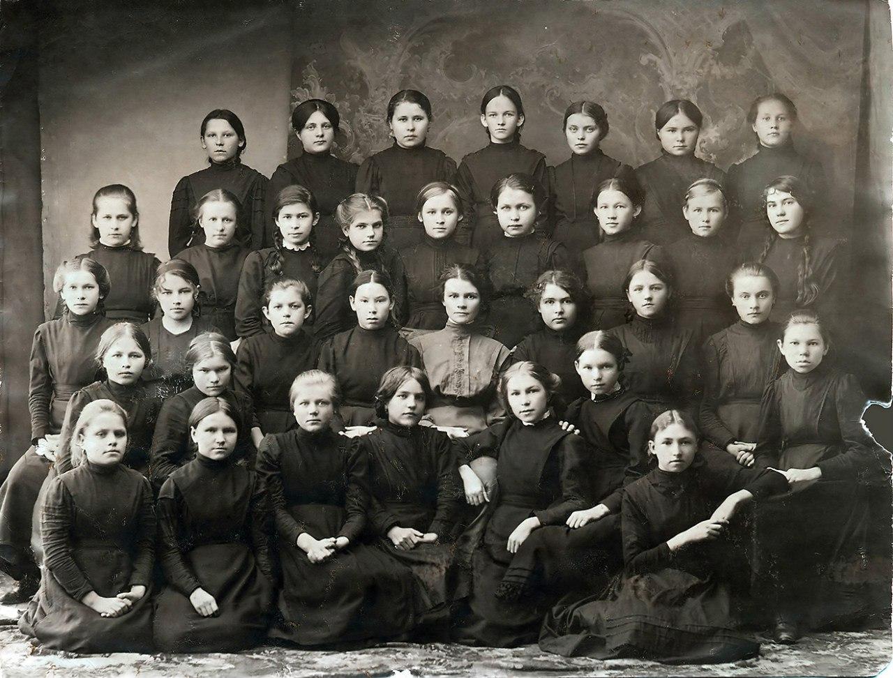 Ученицы Тотемской женской гимназии с учительницей. 1912