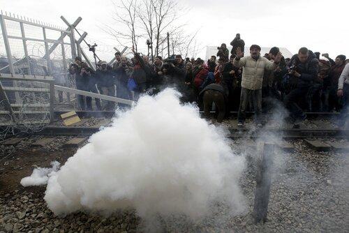 В Греции полиция поив мигрантов применила слезоточивый газ