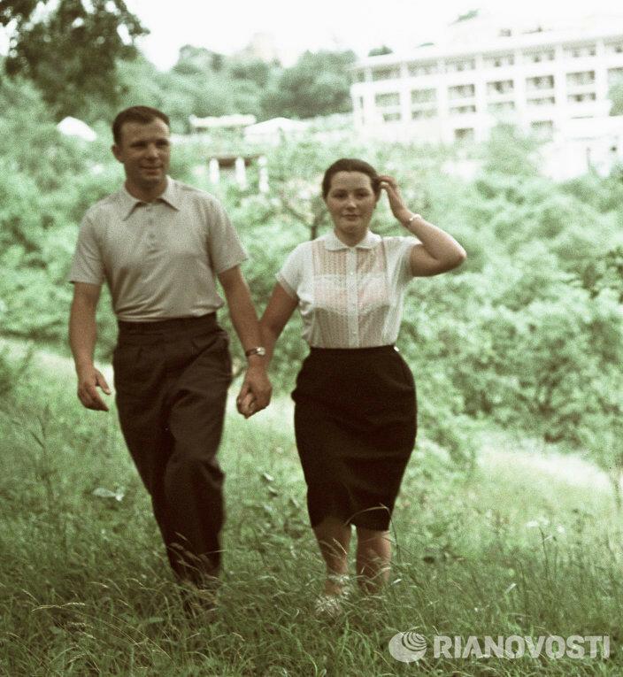 1961 Гагарин с женой Валентиной.jpg