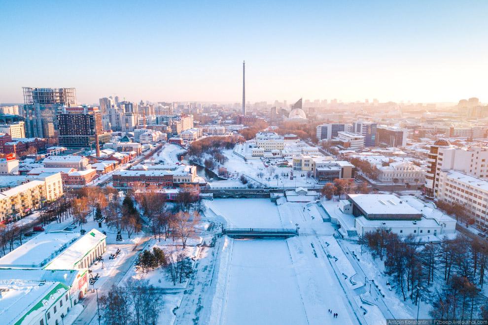3. Екатеринбург — развивающийся город, на правом берегу Городского пруда сегодня вырастает дело