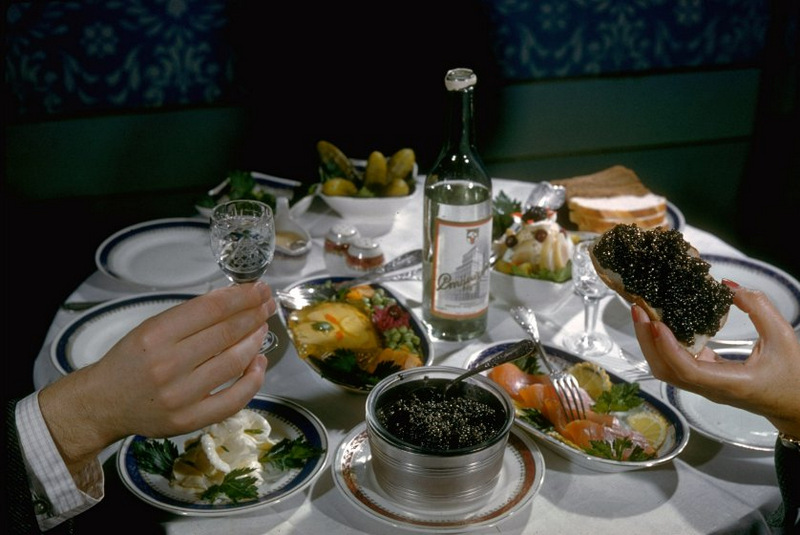 Конечный пункт назначения черной икры — праздничный стол, призванный продемонстрировать, что социали