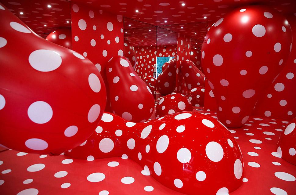 Инсталляция Яёи Кусамы на открытии нового здания музея современного искусства «Гараж» в ЦПКиО имени