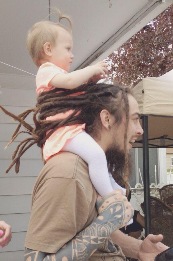 Сидеть у папы на голове в буквальном и переносном смысле — младенцы это любят, умеют, практикуют.