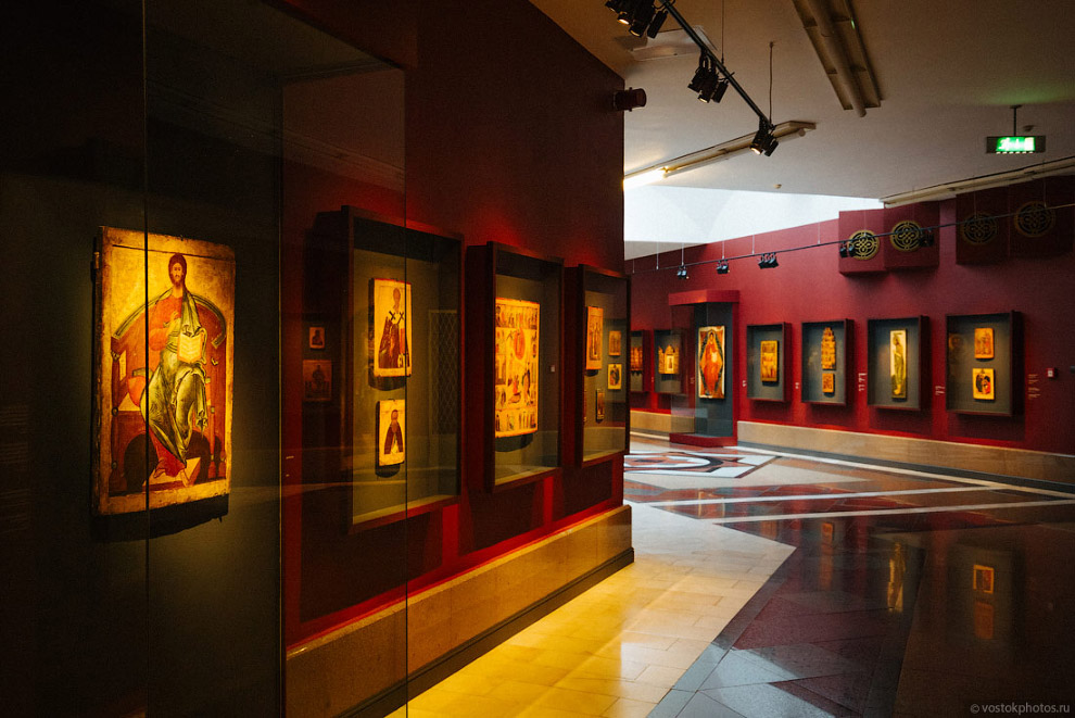 12. Особое место в экспозиции музея занимает триптих Васнецова «Богоматерь с младенцем», «Вседе