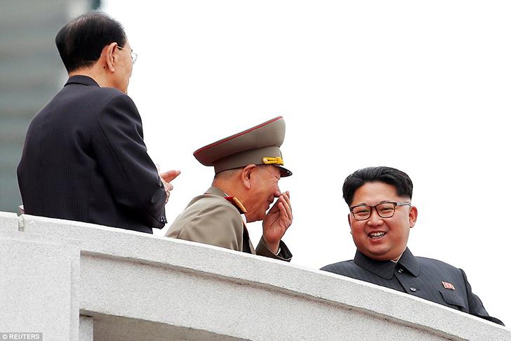 На трибуне Ким Чен Ын и военное руководство страны.