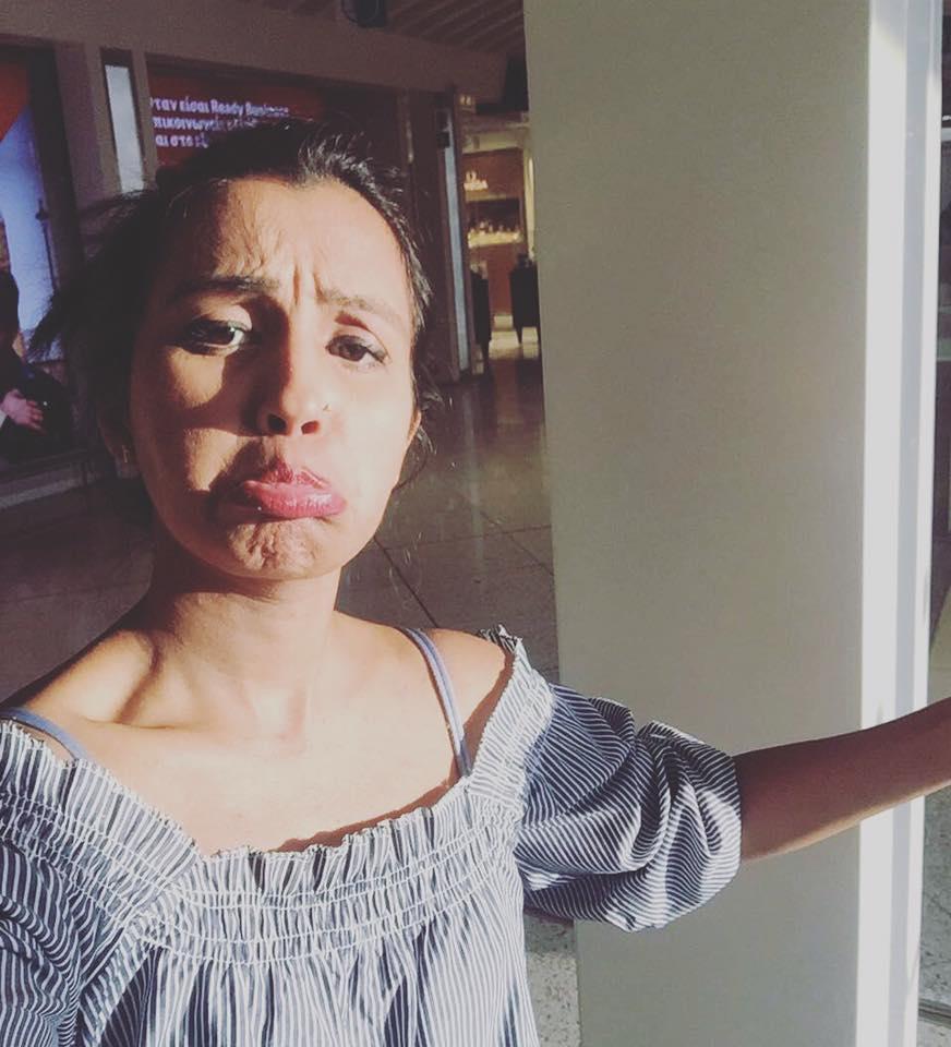 Медовый месяц в одиночку: жена публикует фото, где «обнимает» оставшегося дома мужа