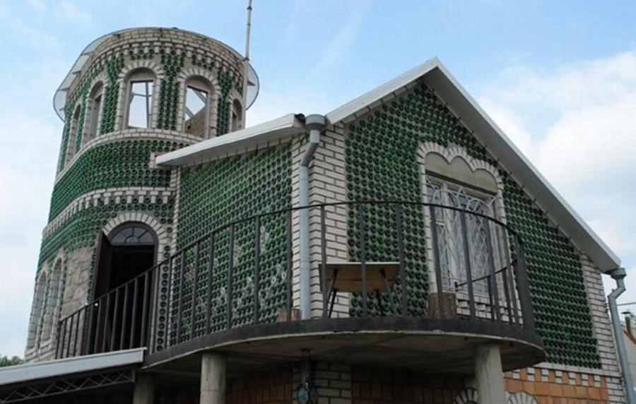 1. Дачу пенсионера еще несколько лет назад, когда она стояла без крыши, соседи прозвали архитектурны