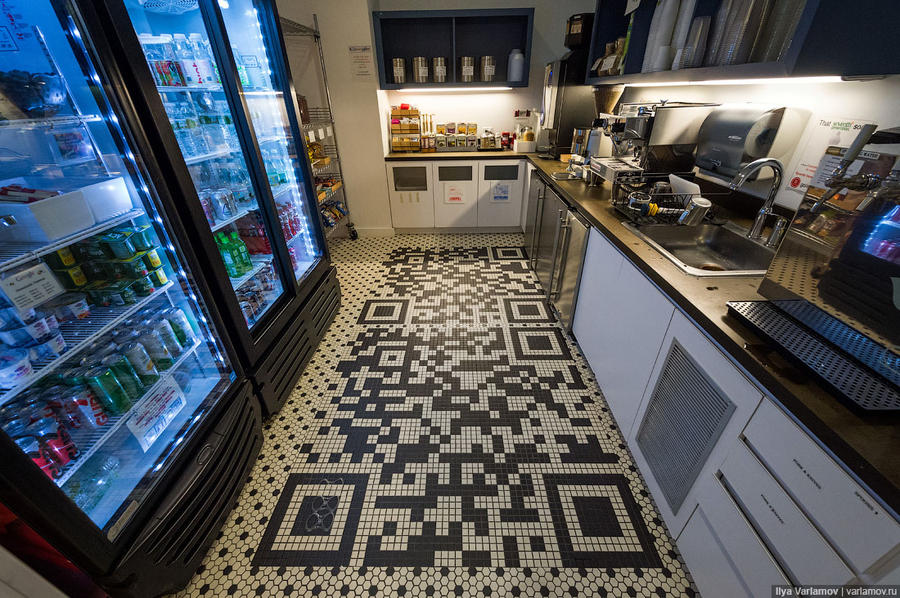12. Ещё одна мини-кухня. Говорят, ещё никто не смог считать QR-код на полу.