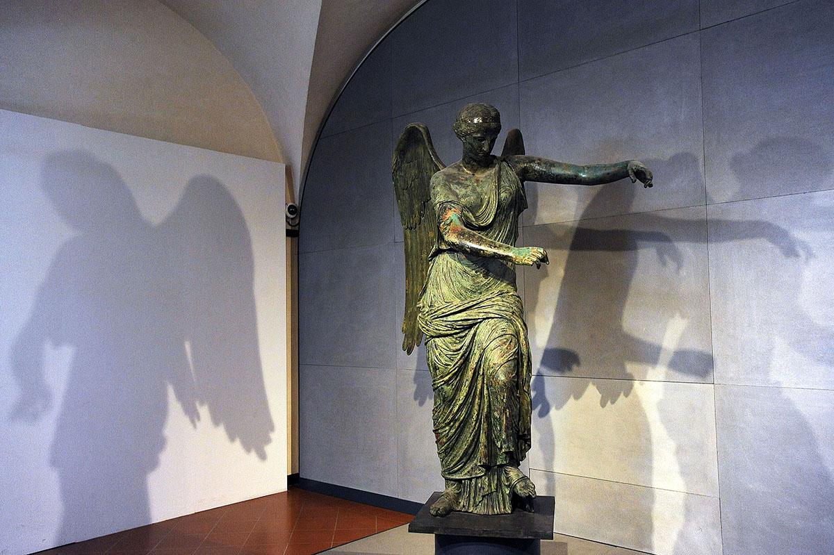 31. Бронзовая статуя крылатой богини Виктории, найденная в ходе археологических раскопок.