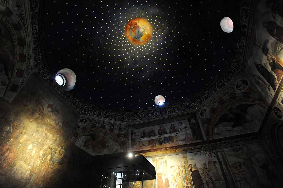 38. Санта-Мария-ин-Соларио — темная церковь с низкими сводами. В одном из ее залов собраны главные с