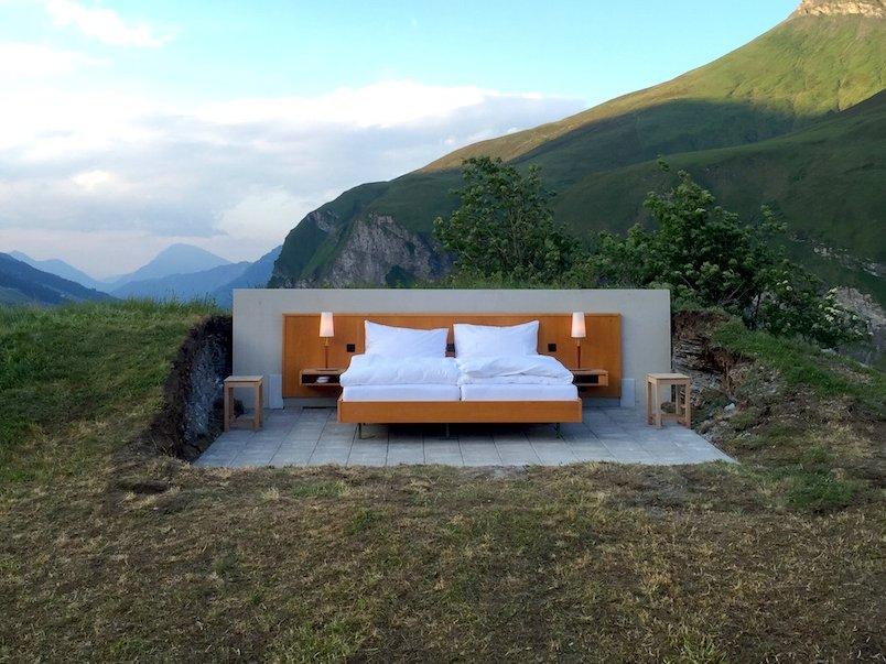 У отеля нет стен и потолка, а также ванной. Только кровать королевских размеров с двумя прикроватным