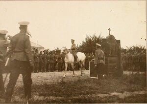 Начальник Военных сообщений напутствует солдат и офицеров отряда.