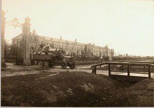 Солдаты во время перевозки на автомобиле имущества отряда.