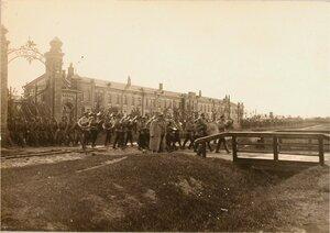 Солдаты и офицеры отряда выходят из казарм 7-го железнодорожного батальона.