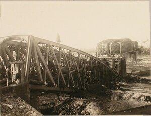 Солдаты бригады во время восстановления моста (устройство ряжа и клеток из шпал).