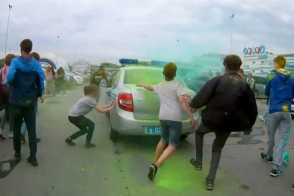 Челябинские дети атаковали автомобили милиции скриками «АУЕ»