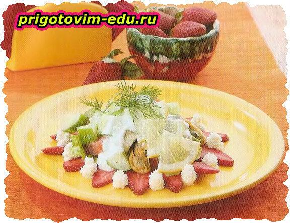 Салат с лососем и клубникой