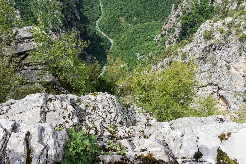 отвесный обрыв в ущелье Викос (Beloi view point)