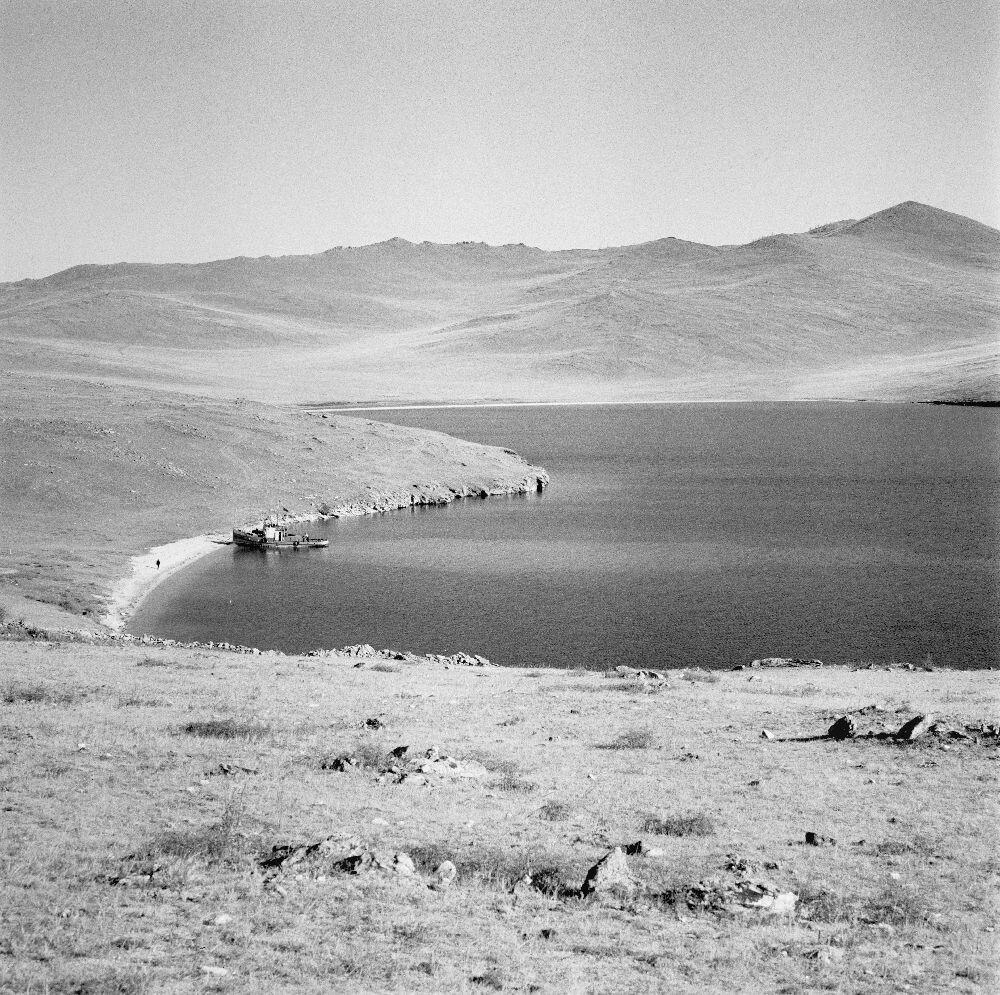 Пейзаж с лодками на берегу озера