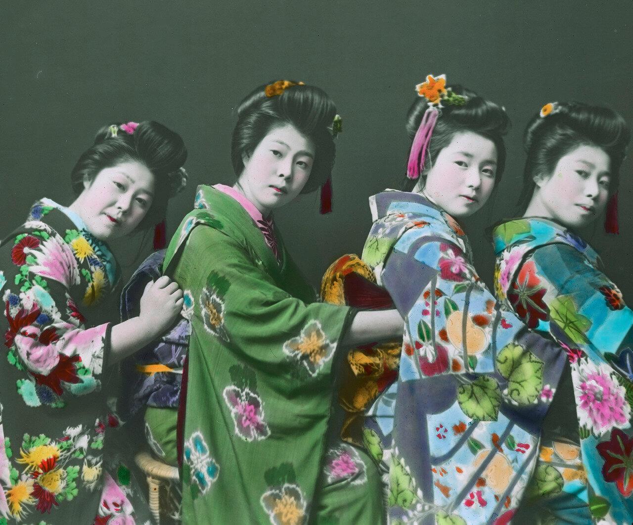 Четыре гейши в кимоно и с традиционными прическами
