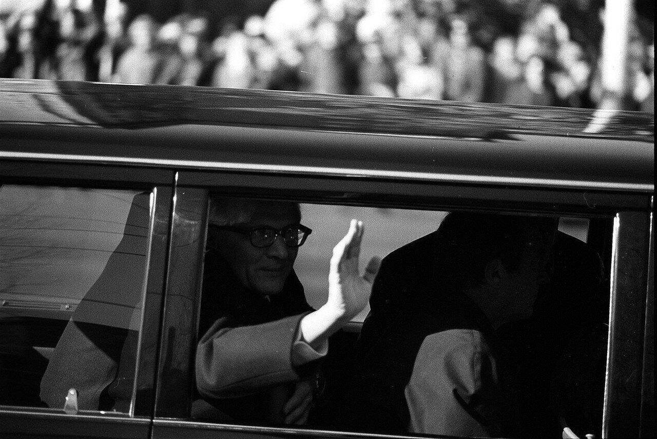 Эрих Хонеккер приветствуют жителей столицы