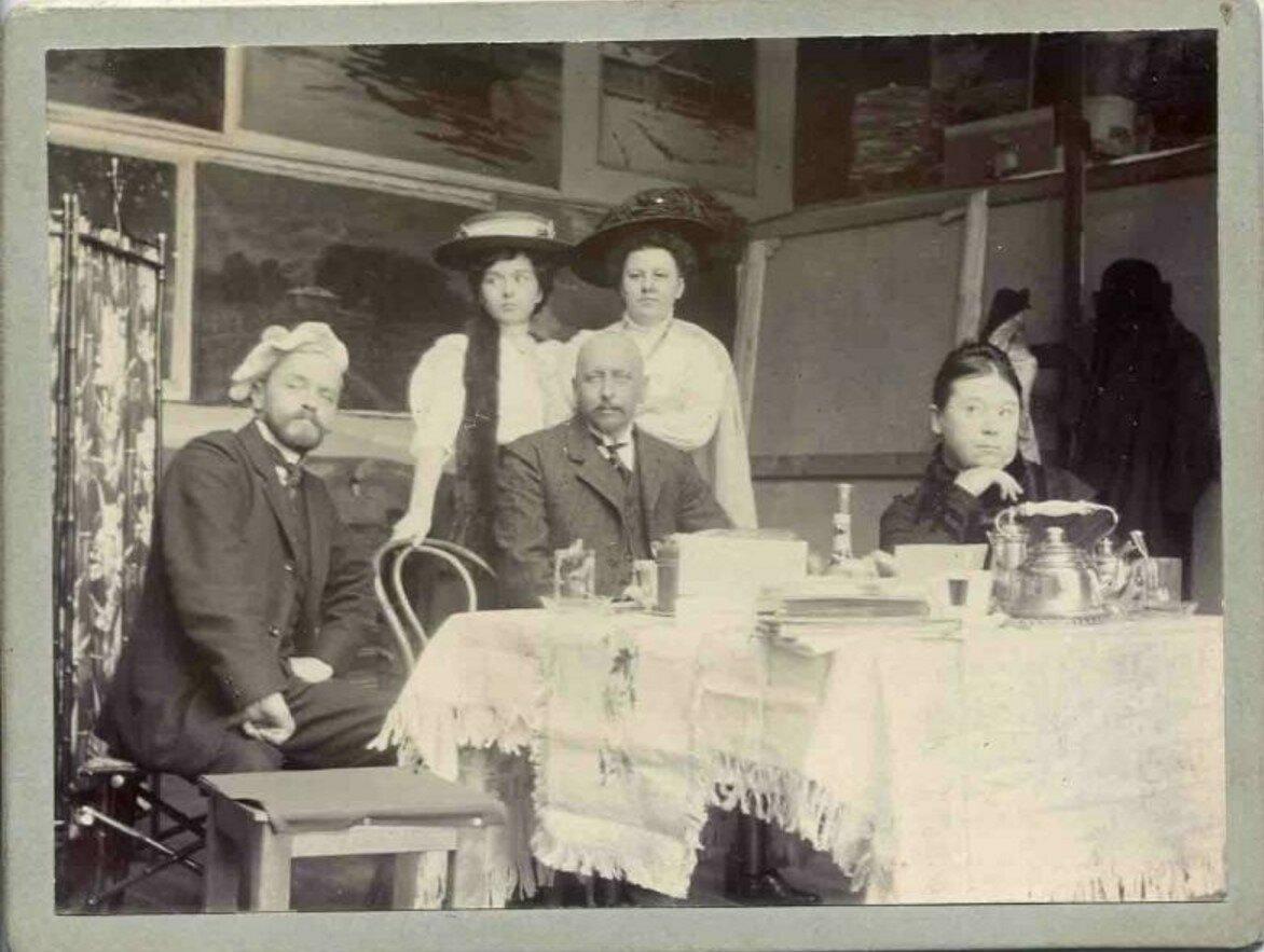 1910-е. Чаепитие в мастерской художника