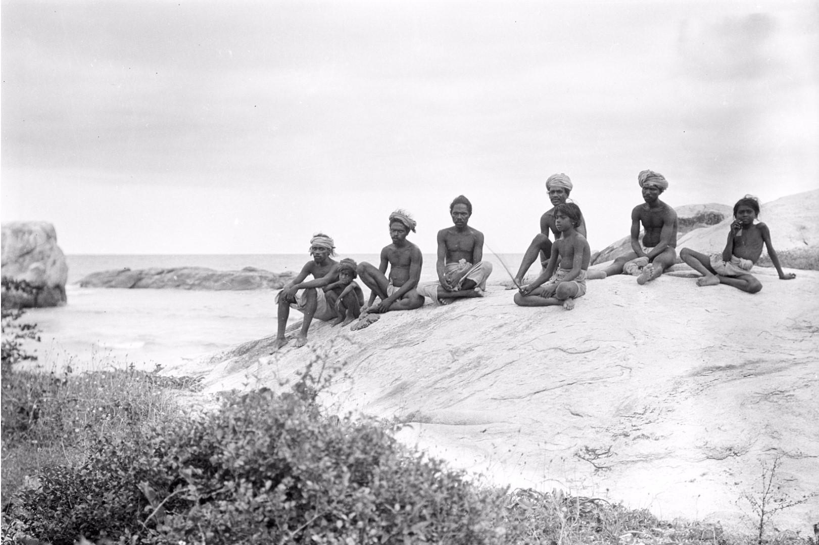 328. Калкуда. Группа веддов на берегу