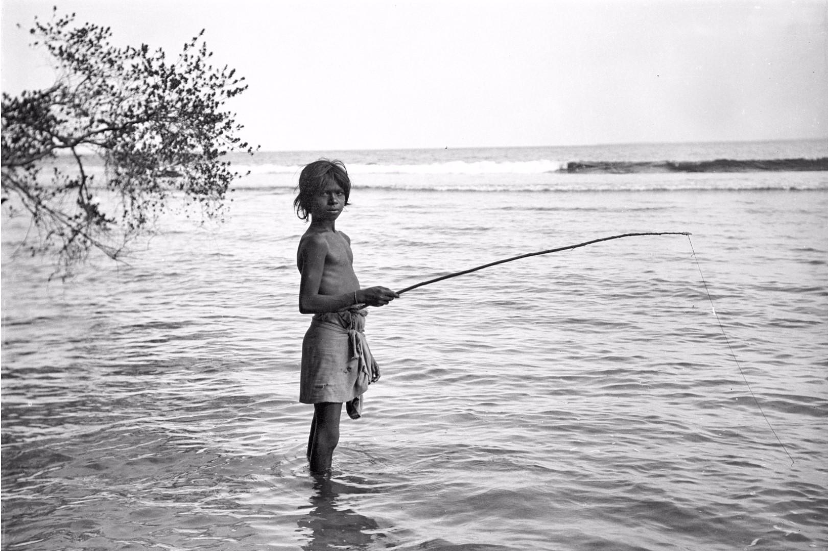 331. Калкуда. Мальчик ведд ловит рыбу
