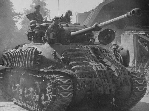 Британский танк Sherman IIС Firefly с дополнительной защитой из  траков.