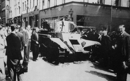 Подбитый танк БТ-7 обр. 1935 г. из 5-го мсп на ул. Марсталю. Рига, лето 1941 года.