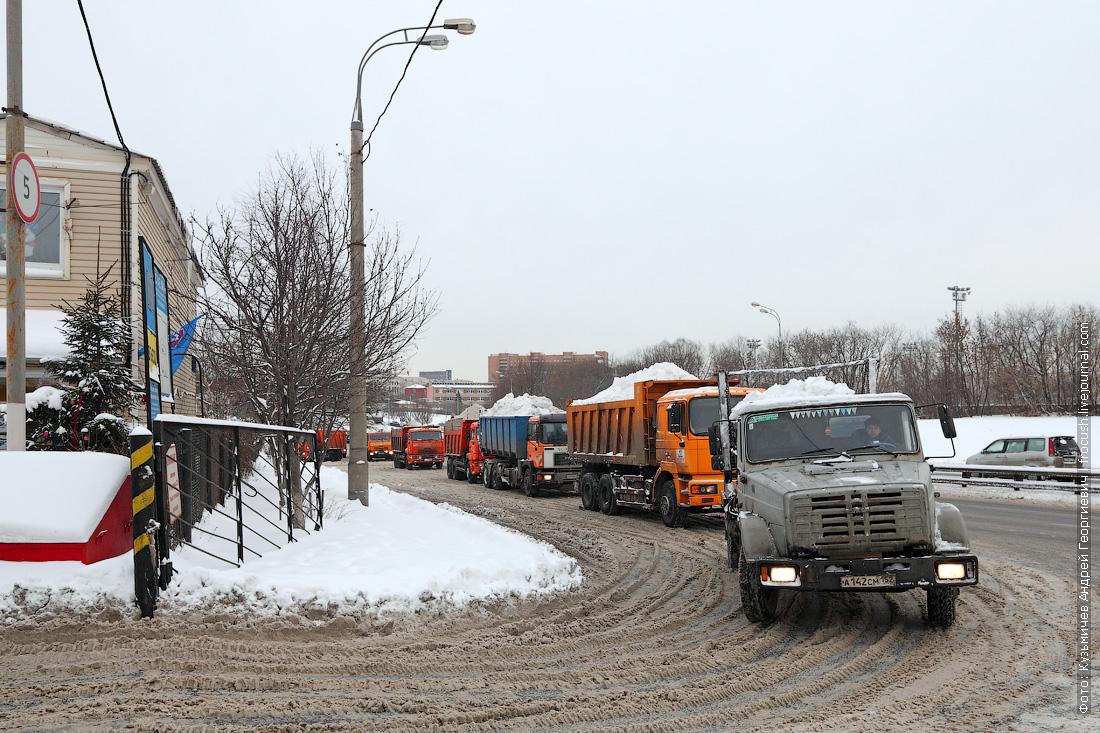 самосвалы со снегом перед стационарным снегосплавным пунктом Черкизово