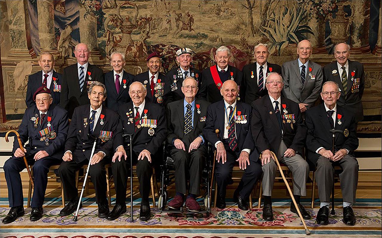 Британские ветераны ВМВ (16 мужчин) получили орден Почётного Легиона во французском посольстве в Лондоне, 16 февраля 2016 года.