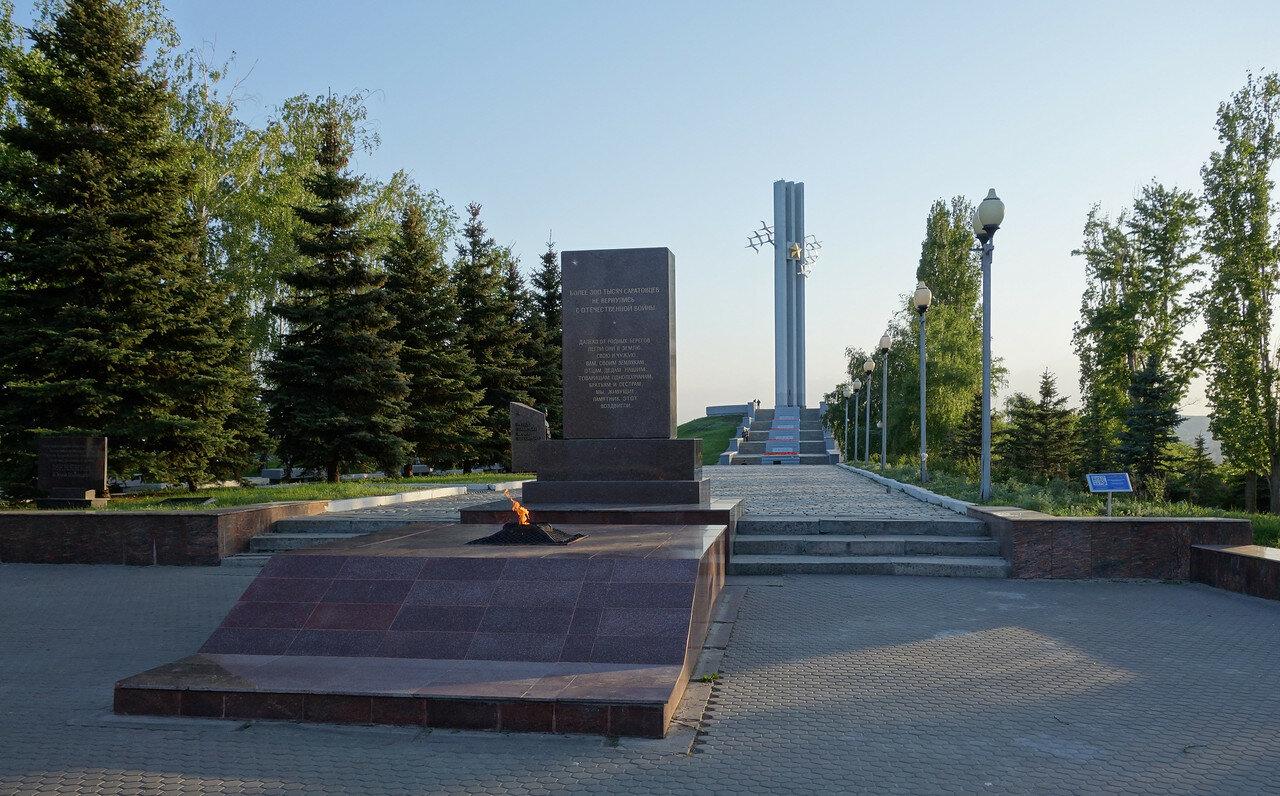 Вечный огонь и монумент Журавли