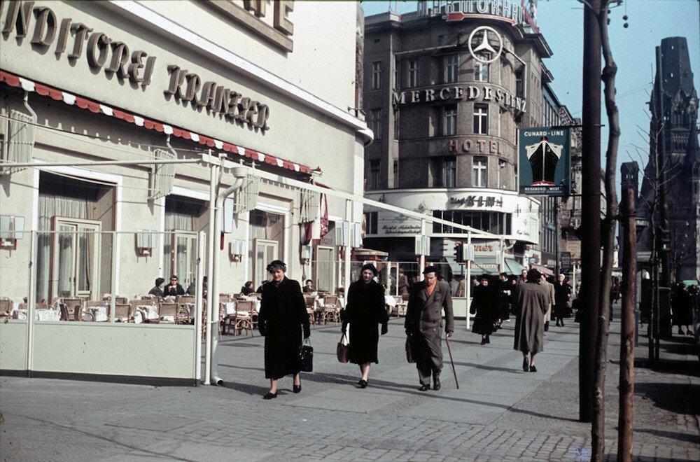 1954 Berlin Heinz Vontin Cafe Kranzler am Kurfuerstendamm.jpg