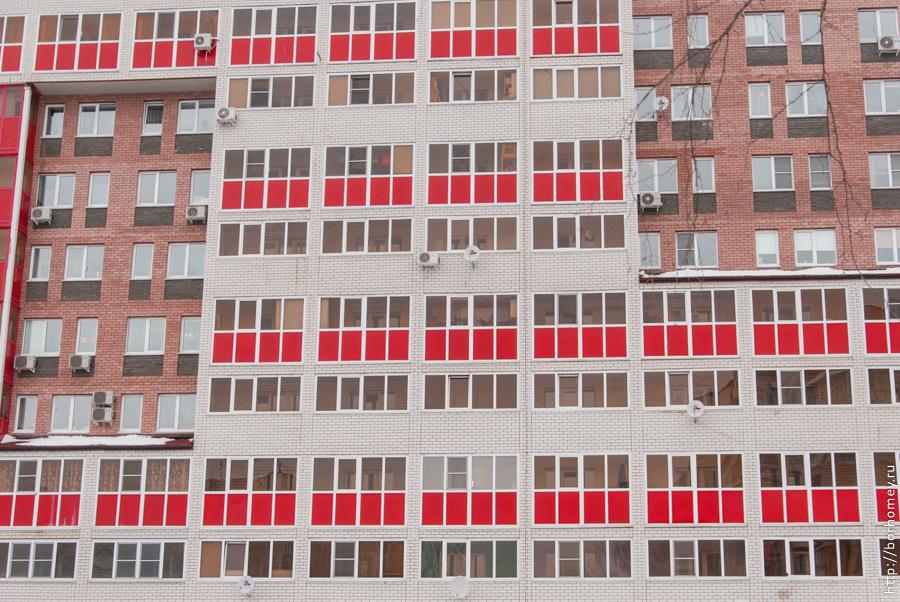 окна многоэтажного дома