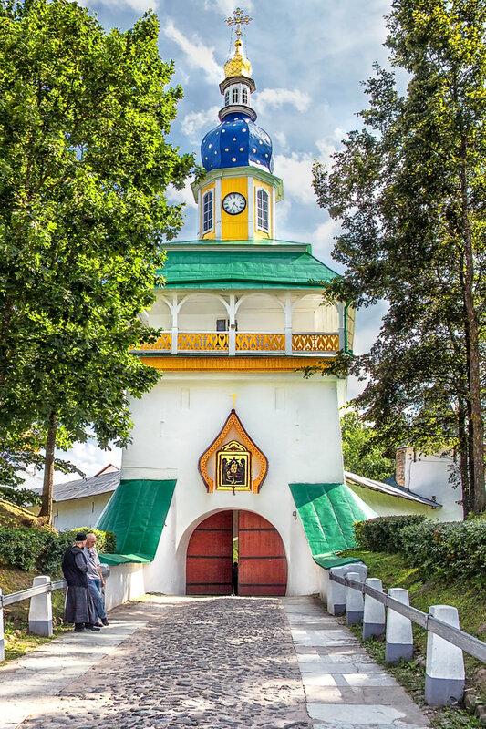 Вход в Печорский монастырь
