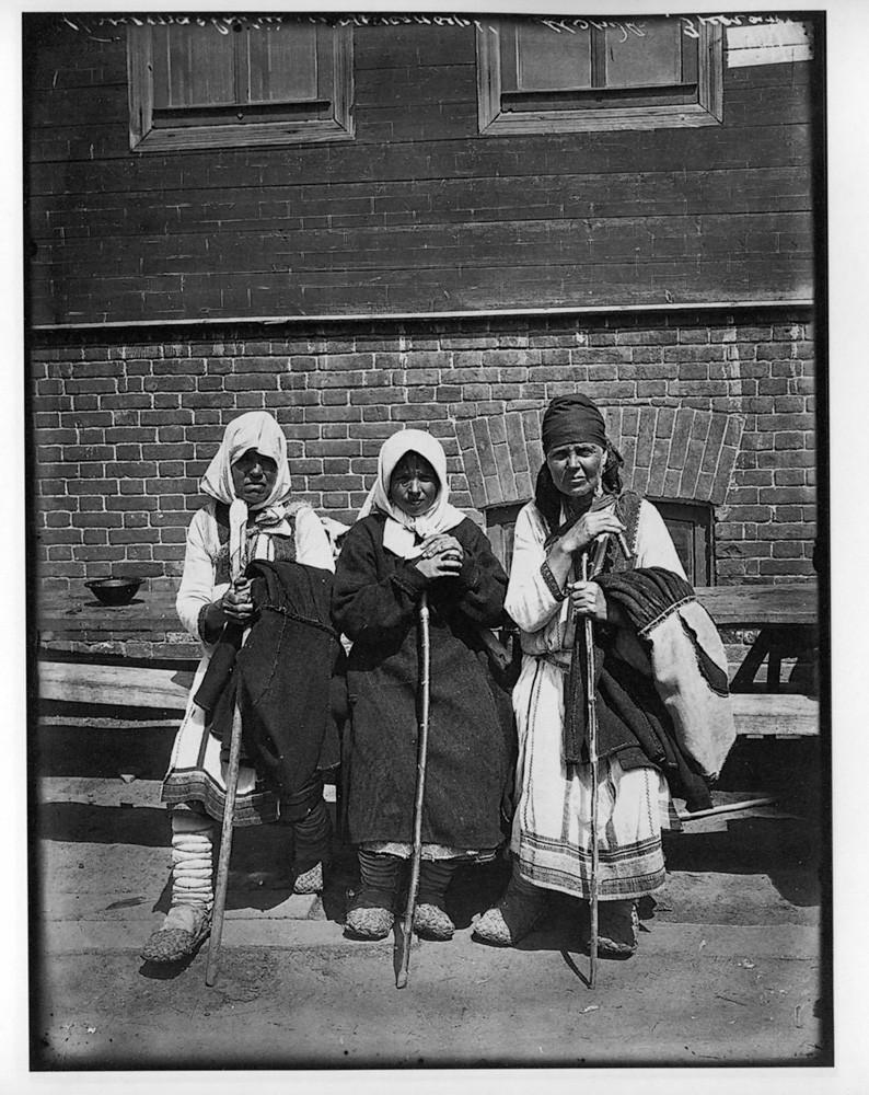 Типы богомолок в Серафимо-Понетаевском женском монастыре. 1904 г. Негатив 18 ? 24 см.