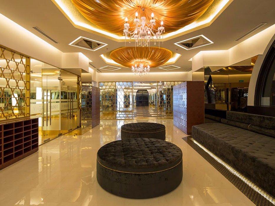 Холл зала йоги, где гости могут насладиться чаем до или после занятий. VIP-члены могут привести того