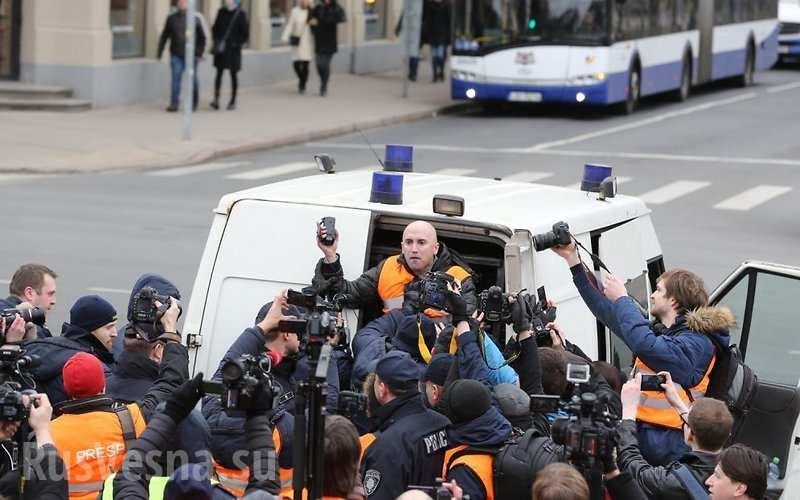 Размещена видеозапись задержания репортера RTГрэма Филлипса вРиге
