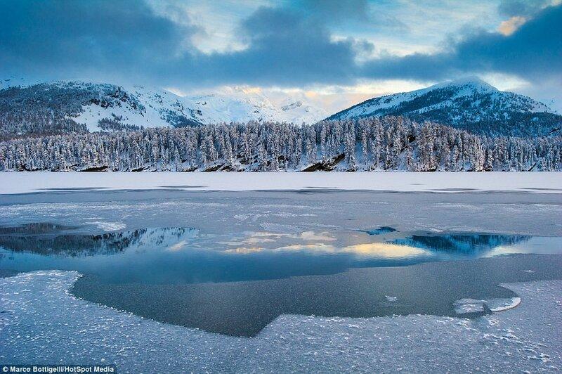 Покрытое коркой льда озеро в коммуне Сильваплана по пути следования поезда «Бернина Экспресс».