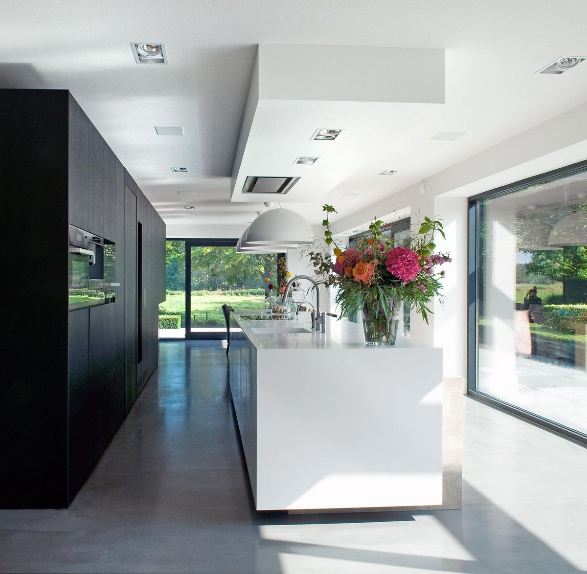 WillemsenU Architecten, черный фасад дома, фасад из черного дерева, панорамные окна в частном доме, Woonhuis M, камин в частном доме фото