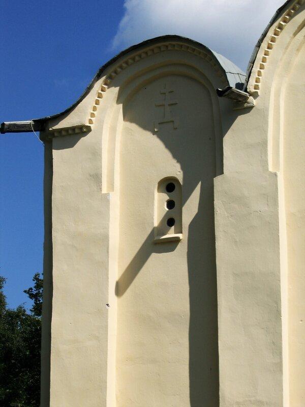 Крест в закомаре Успенского собора, Староладожский Успенский монастырь