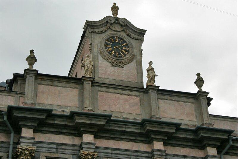 Башня с часами и статуи, Мраморный дворец