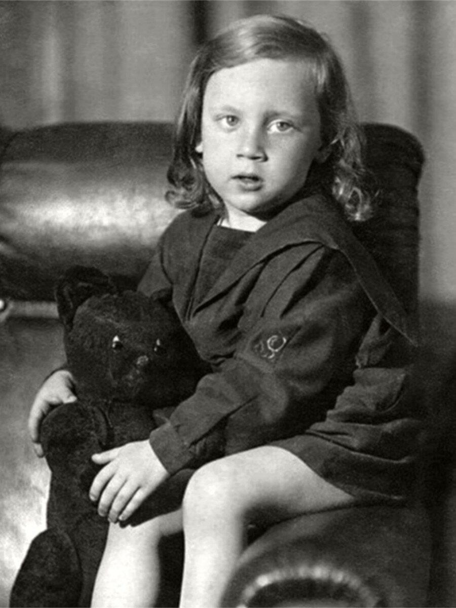 1941. Володя Высоцкий «с медведем» в Москве в первые дни войны. Фото конца июня