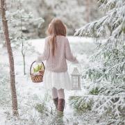 Девочка в заснеженном лесу