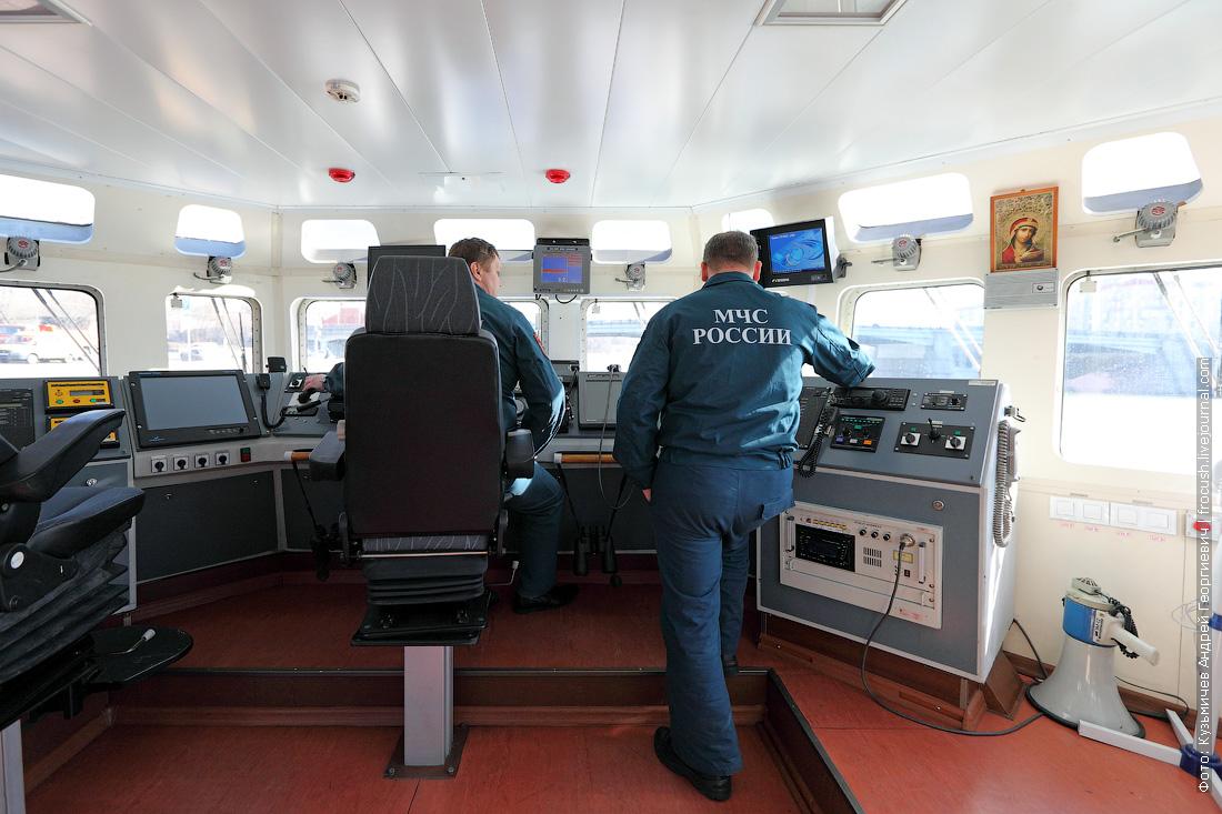 в ходовой рубке фото многоцелевой пожарно-спасательный корабль Полковник Чернышев