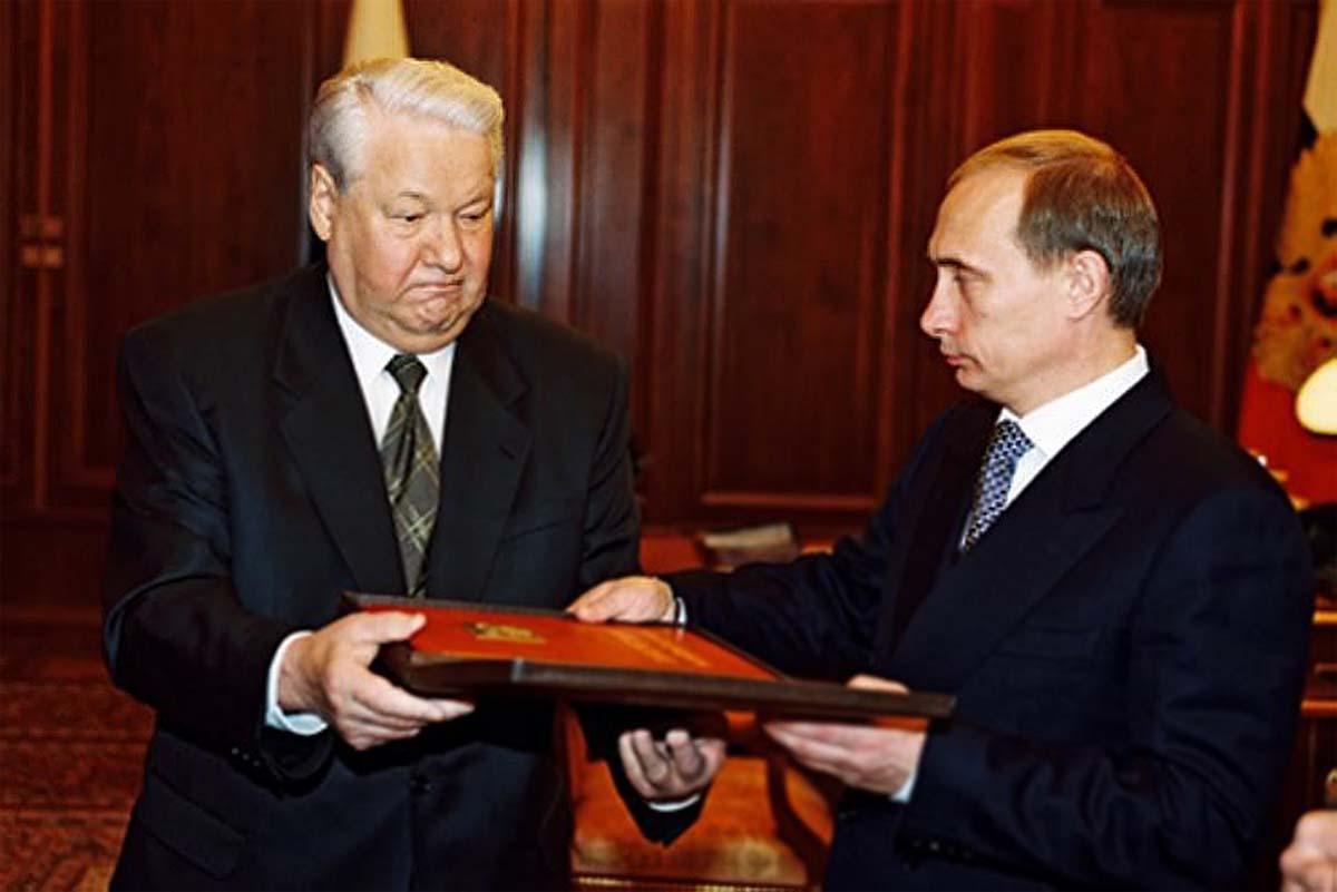 Президент Борис Ельцин передаёт президентский экземпляр Российской Конституции Владимиру Путину, 31 декабря 1999 года, (740_494)